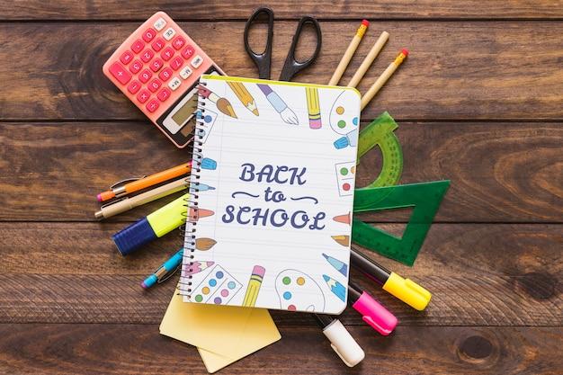 Mockup di notebook creativo con il ritorno al concetto di scuola