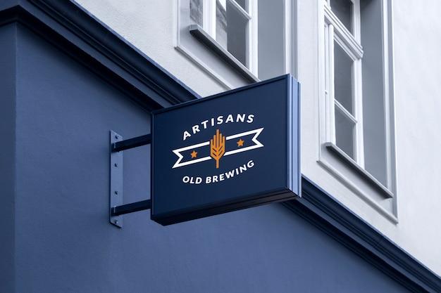 Mockup di outdoor street urban nero rettangolare 3d logo sign appeso sulla facciata