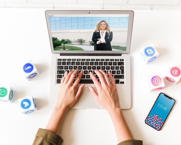 Mockup di portatile con il concetto di social network