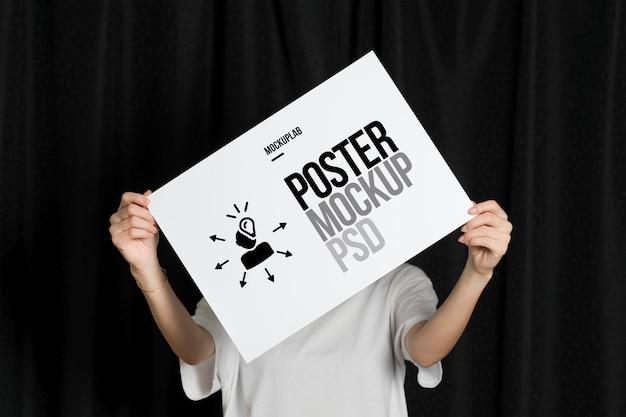 Mockup di poster persona creativa