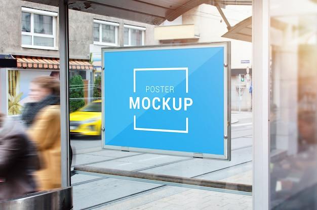 Mockup di poster sulla stazione degli autobus della città.