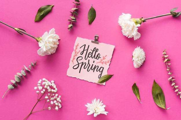 Mockup di primavera piatta laici con biglietto di auguri