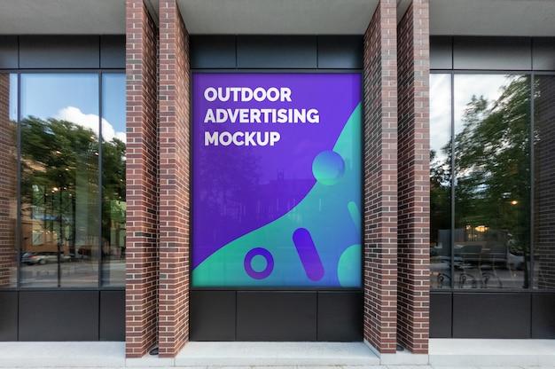 Mockup di pubblicità esterna verticale sulla finestra facciata nera