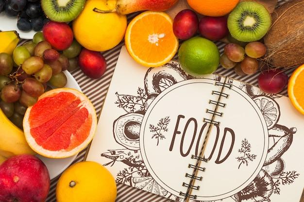 Mockup di quaderno a spirale con frutti