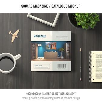 Mockup di rivista o catalogo quadrato con still life decorativo