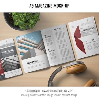 Mockup di riviste a5 con cuffie
