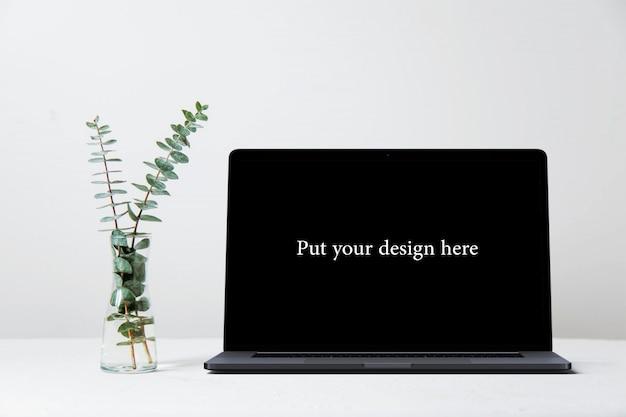 Mockup di schermo con un vaso