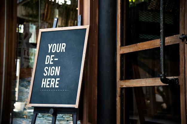 Mockup di segno di lavagna di fronte a un ristorante