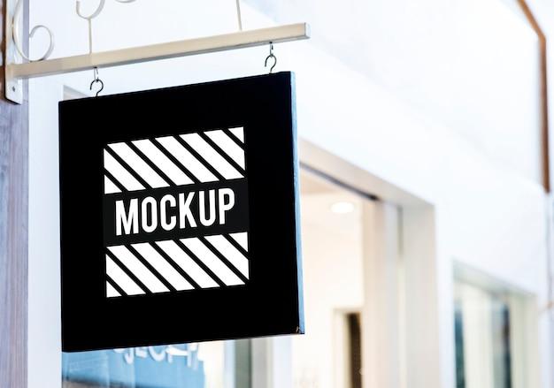 Mockup di segno nero all'esterno di un negozio