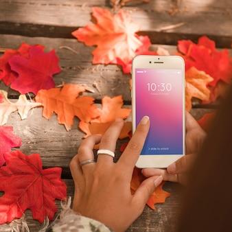 Mockup di smartphone con il concetto di autunno