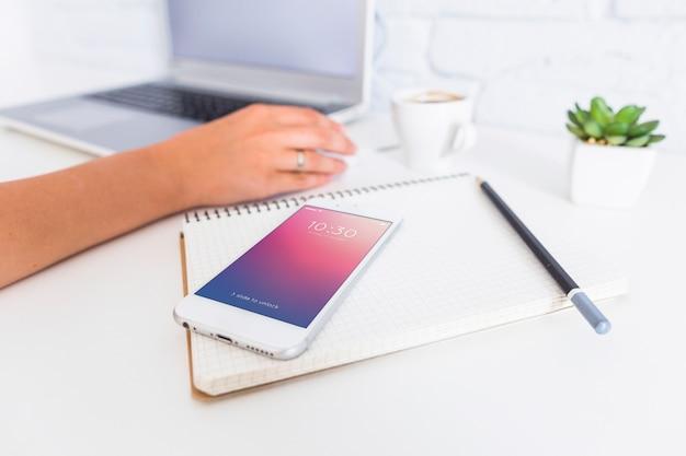 Mockup di smartphone con laptop