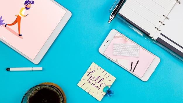 Mockup di smartphone con materiali per ufficio sul tavolo