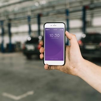Mockup di smartphone nella fabbrica di automobili
