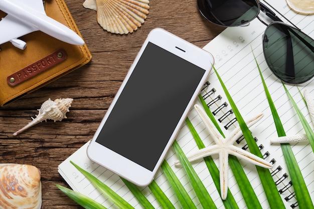 Mockup di smartphone piano di viaggio vacanze estive