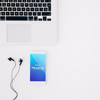 Mockup di smartphone piatta sullo spazio di lavoro
