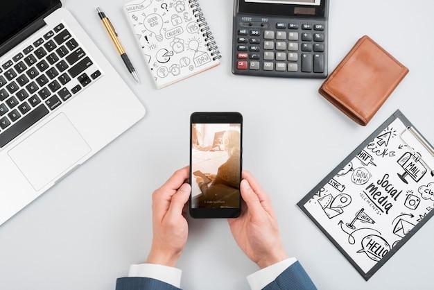Mockup di smartphone sull'area di lavoro