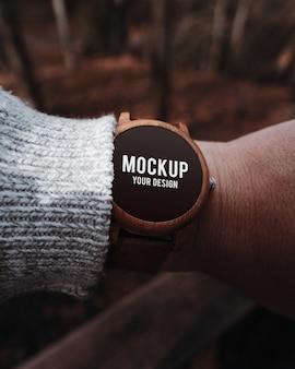 Mockup di smartwatch in legno