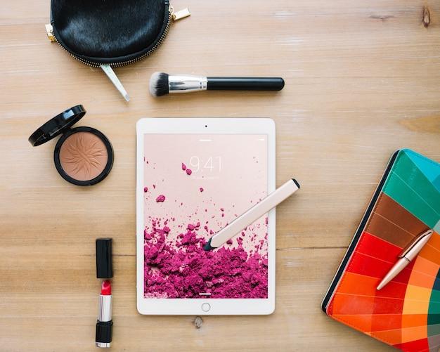 Mockup di tablet con il concetto di cosmetici