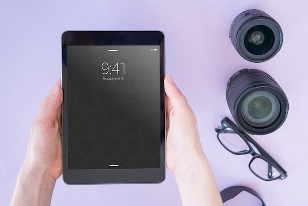 Mockup di tablet con il concetto di fotografia