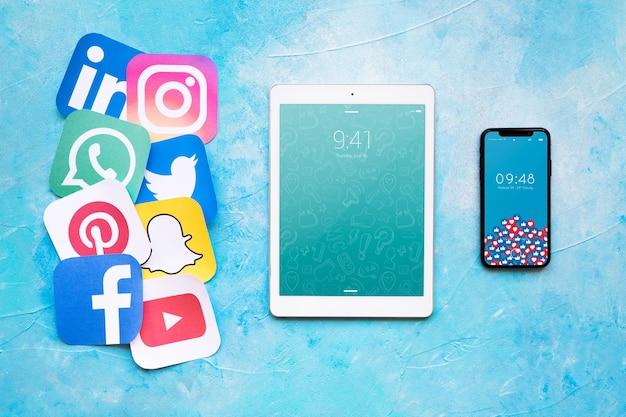 Mockup di tablet con il concetto di social media