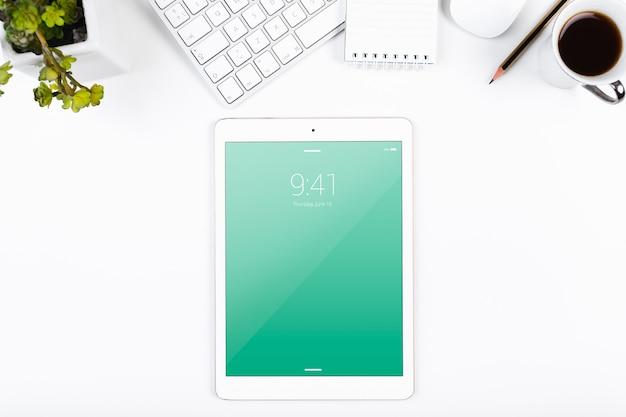 Mockup di tablet con vista dall'alto nell'area di lavoro