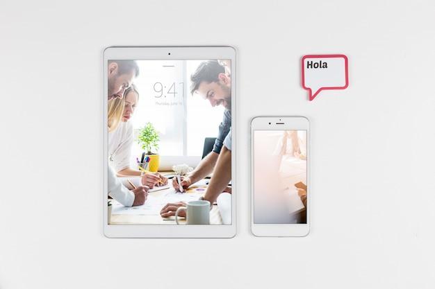 Mockup di tablet e smartphone vista dall'alto