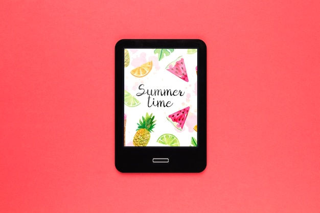 Mockup di tablet piatto laici con il concetto di estate