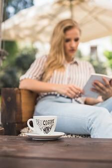 Mockup di tazza di caffè con donna