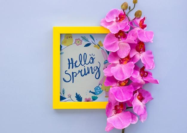 Mockup di telaio piatto laici con fiori di primavera