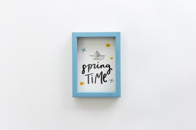 Mockup di telaio piatto lay con il concetto di primavera