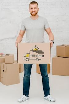 Mockup di uomo con scatole di cartone