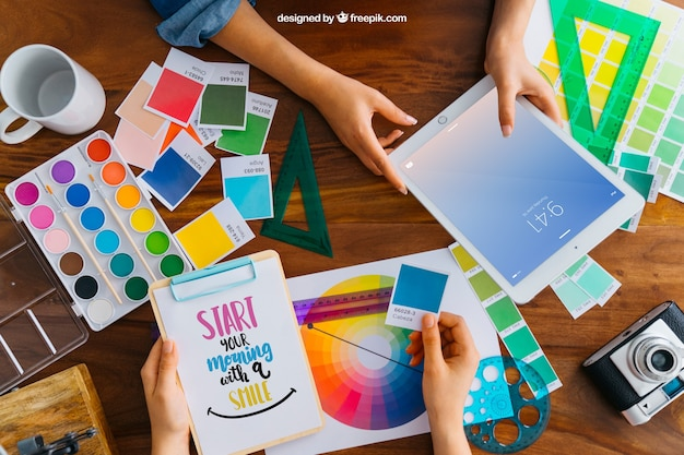 Mockup de diseñador gráfico con manos sujetando tablet