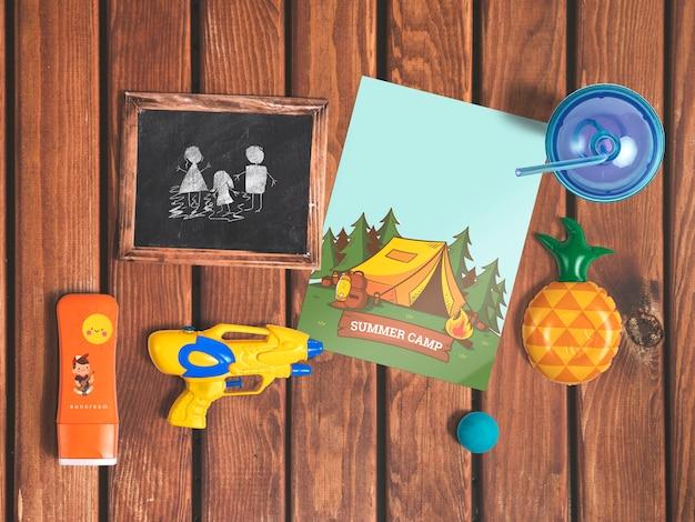 Mockup editable flat lay de cover con elementos de verano
