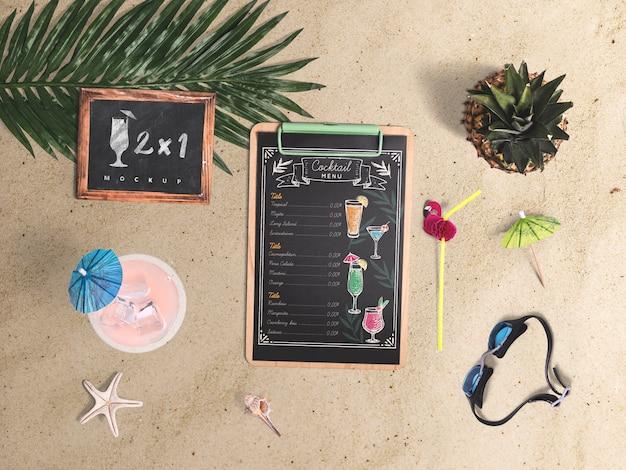 Mockup editable flat lay de portapapeles con elementos de verano