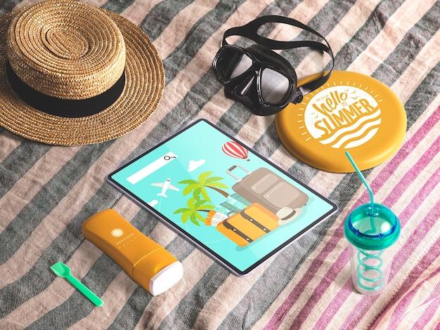 Mockup editable isométrico de tableta con elementos de verano