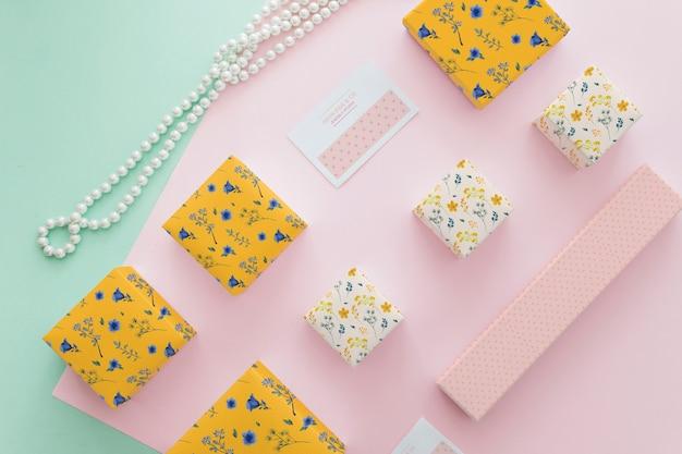 Mockup elegante de joyería y packaging