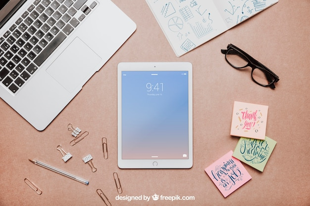 Mockup de espacio de trabajo de vista superior con tablet