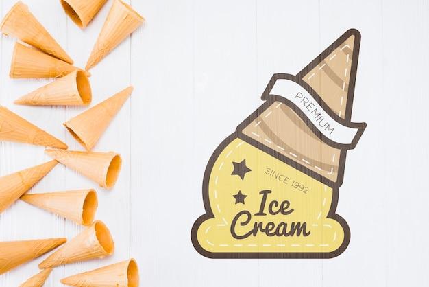 Mockup flat lay de conos de helado con copyspace