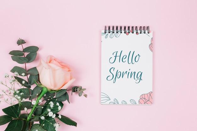 Mockup flat lay de libreta con concepto de primavera