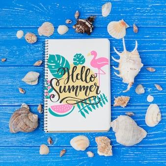 Mockup flat lay de libreta con elementos de verano