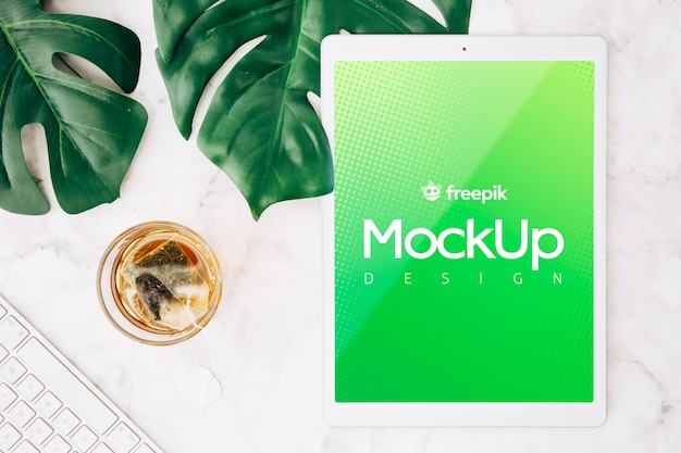 Mockup flat lay de tableta en espacio de trabajo