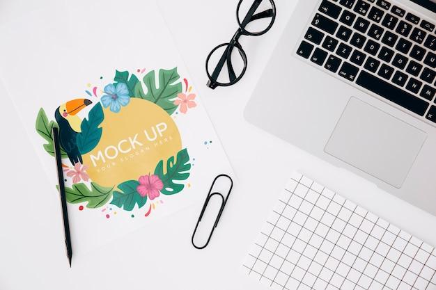 Mockup flat lay de tarjeta de papel en espacio de trabajo