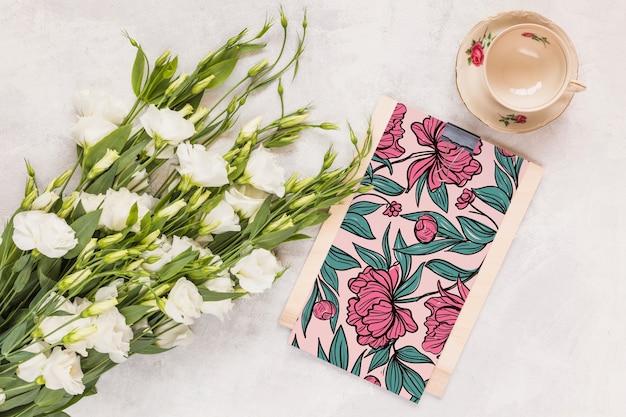 Mockup floral de portapapeles