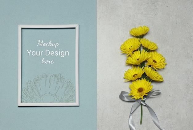 Mockup foto frame met gele bloemen op grijs blauwe achtergrond