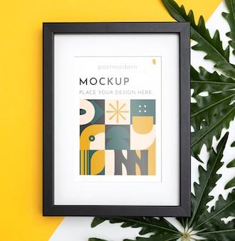 Mockup frame op muur met bladeren
