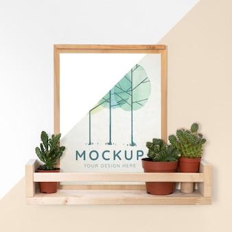 Mockup-frame op plank naast planten