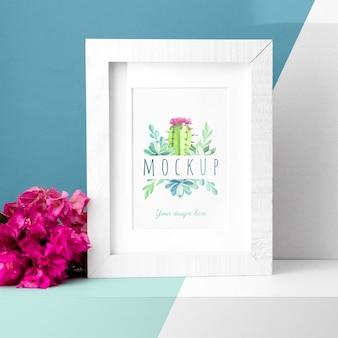 Mockup frame op tafel naast bloemen
