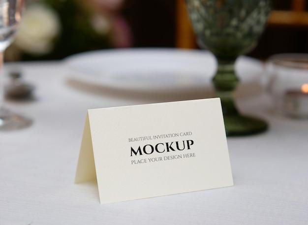 Mockup gevouwen kaart voor naamplaats op bruiloftstafel