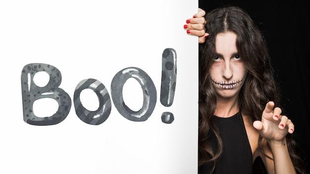 Mockup de halloween con lettering en tabla grande y mujer