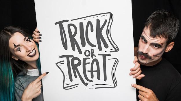 Mockup de halloween con lettering en tabla grande y pareja